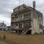 東日本大震災後の気仙沼に取り残された建物