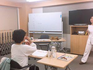 嗅覚に関する実験で鼻をつまむ受講生