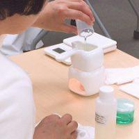 肉球クリームのクラフト作成でオイルを注ぐ受講生