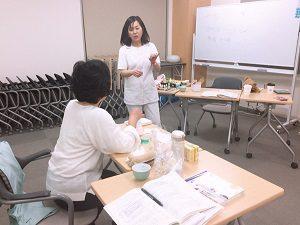 クラフト作成中も役立つ豆知識を伝授する講師