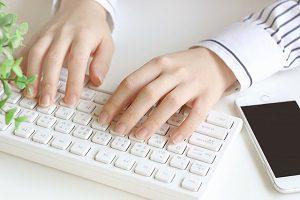 パソコンをする女性の手