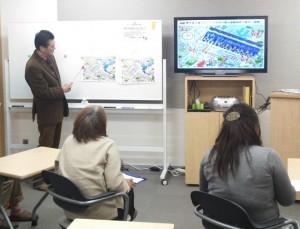 受講生がチームにわかれ避難経路を考えるアクション